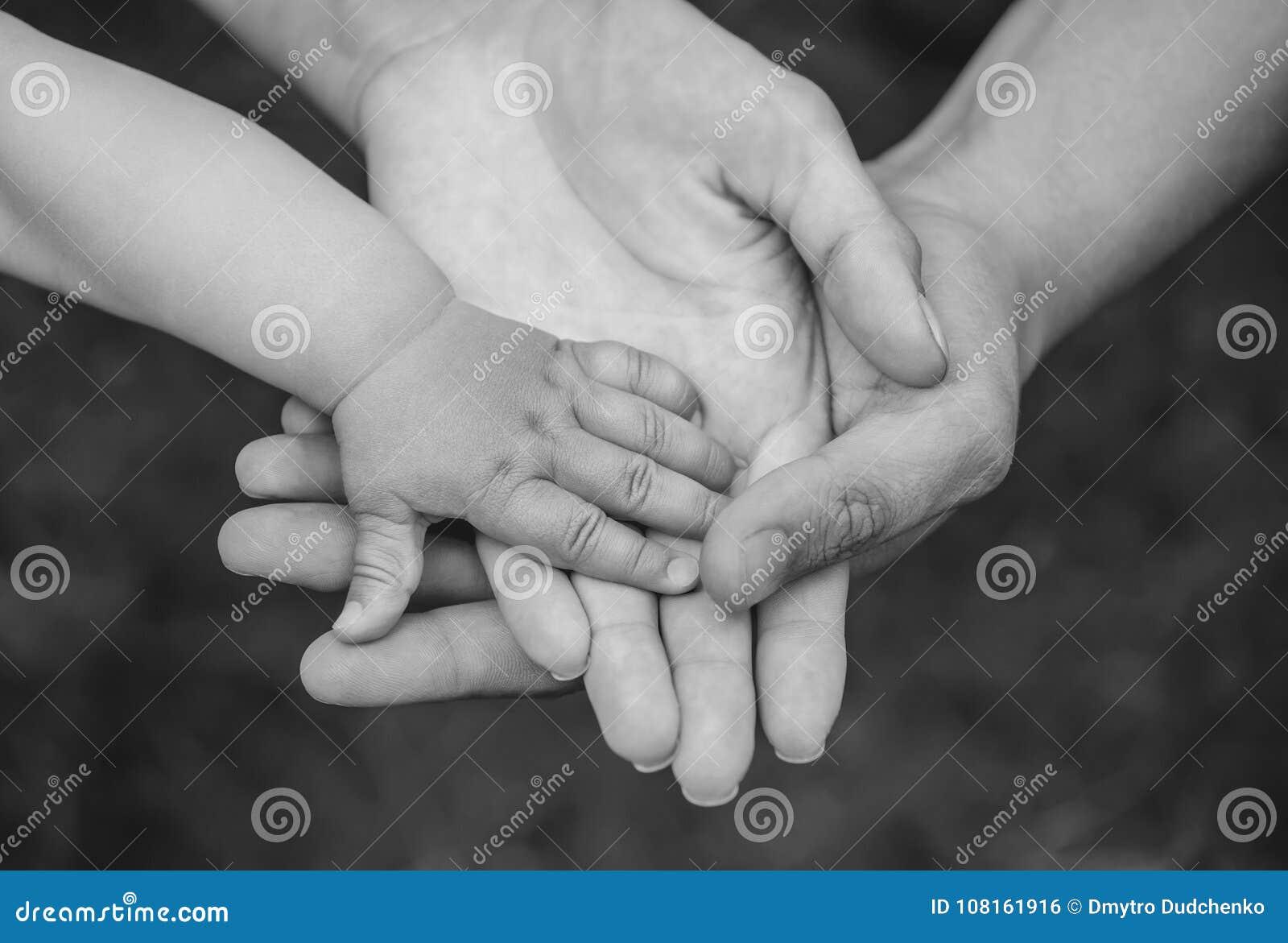 同一个家庭的三只手-生母亲,并且婴孩一起聚集