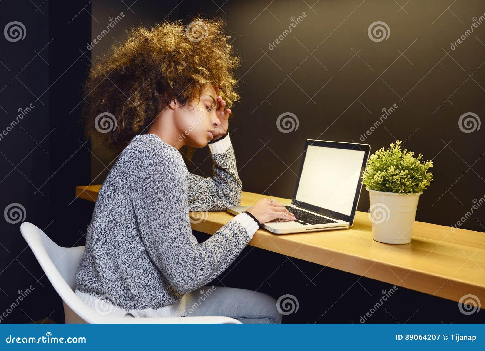 后研究膝上型计算机的少妇