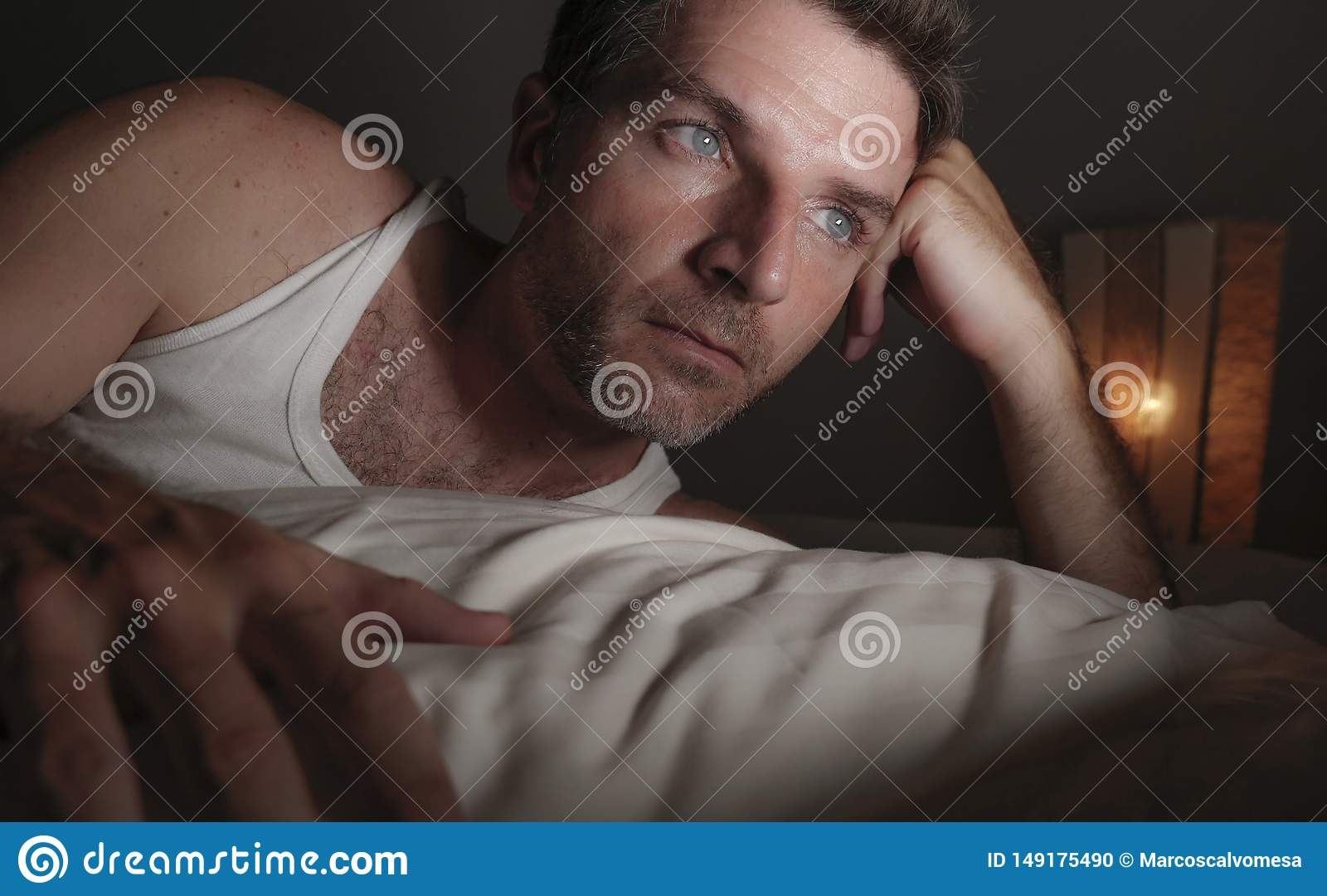 后说谎在床上的可爱的哀伤和体贴的人接近的面孔画象醒在担心夜想法的感觉和