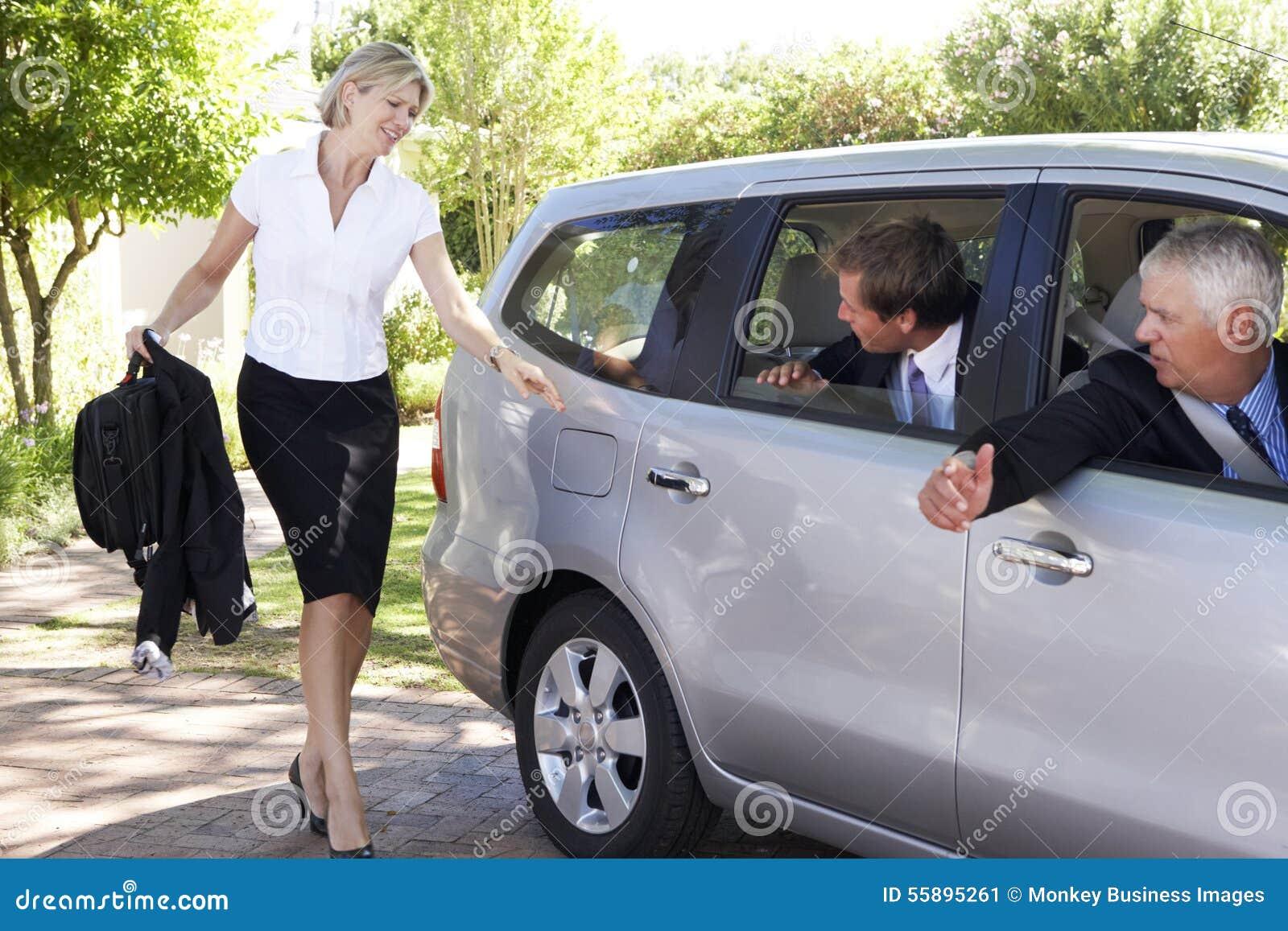 后跑的女实业家遇见合并旅途的同事汽车入工作