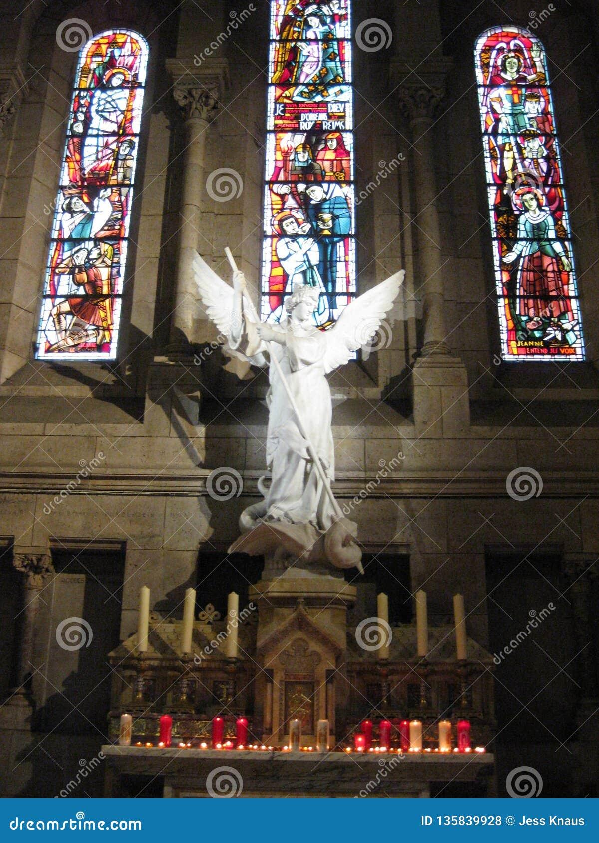 """后边一块白色石天使和讲故事玻璃在Sacré-CÅ里面""""ur,巴黎"""