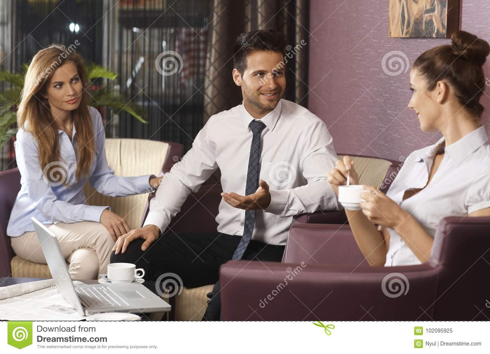 后运作在旅馆大厅或酒吧的Businessteam