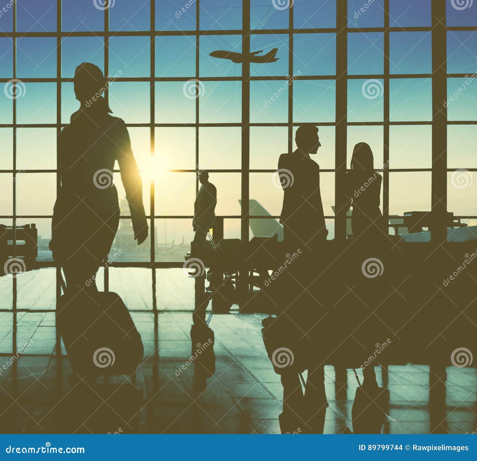 后面升商人旅行的机场乘客概念