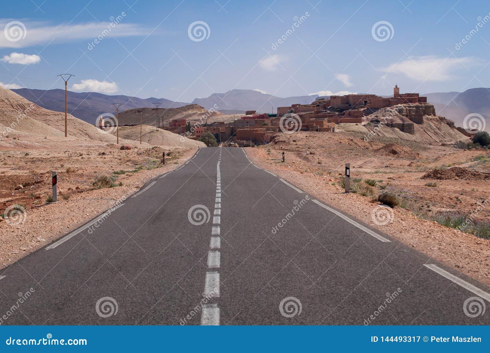 向一个小村庄的偏僻的路在摩洛哥的沙漠