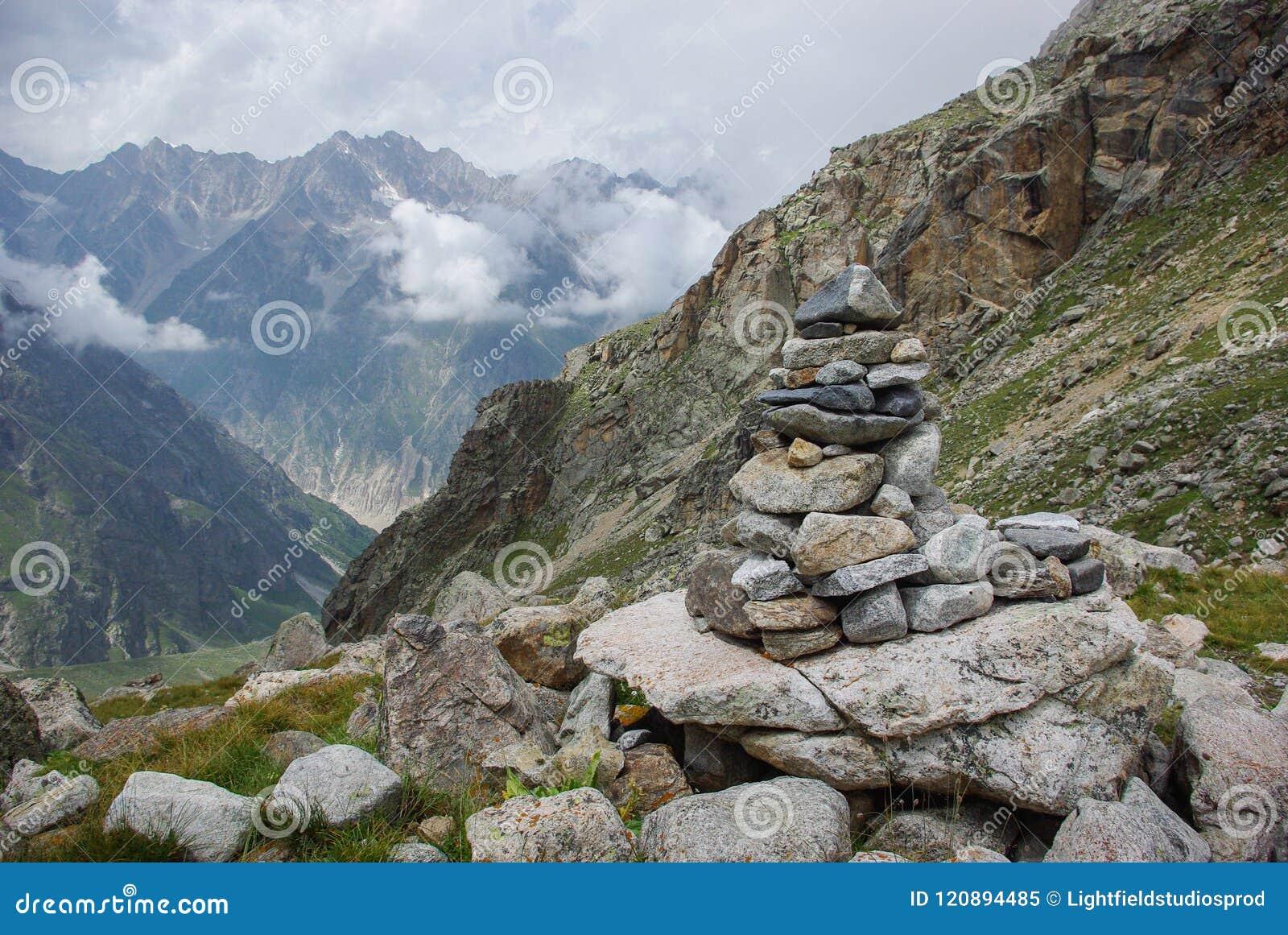 向在山俄罗斯联邦,高加索的建筑学扔石头,