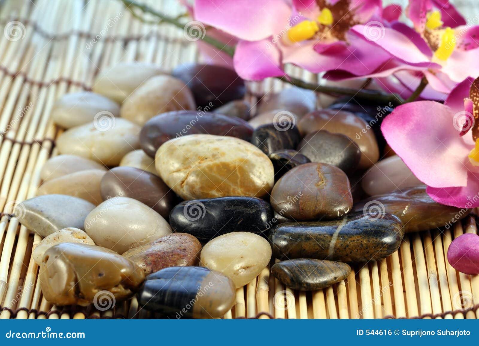 Download 向禅宗扔石头 库存照片. 图片 包括有 波儿地克的, 石头, 平安, 安静, 聚会所, 沉寂, 禅宗, 和平 - 544616