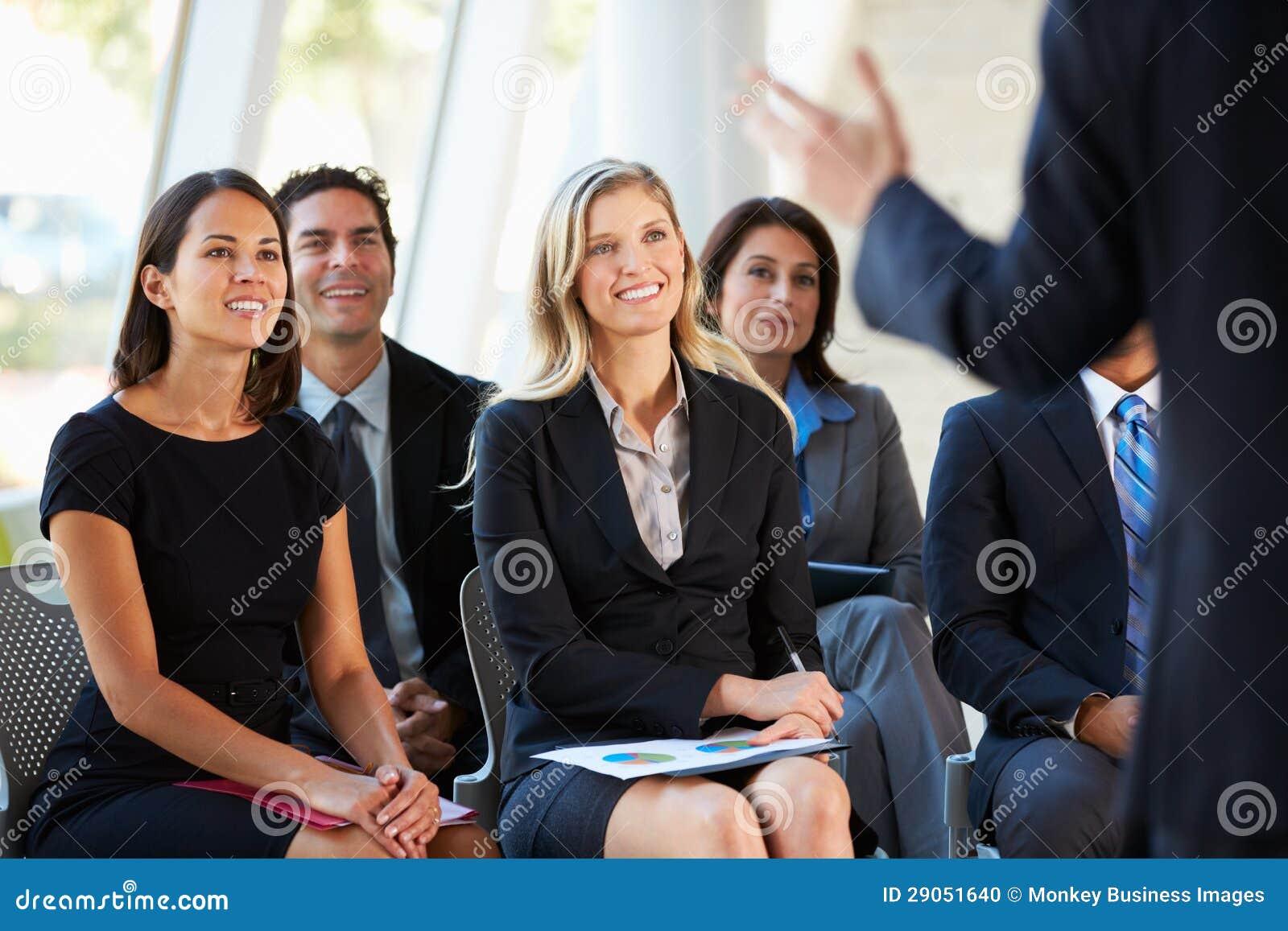 听介绍的听众在会议