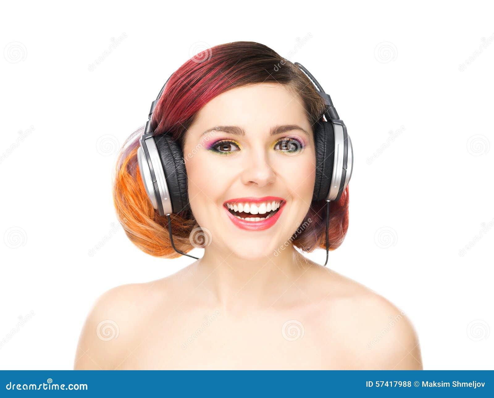 听到在耳机中的音乐的美丽的女孩