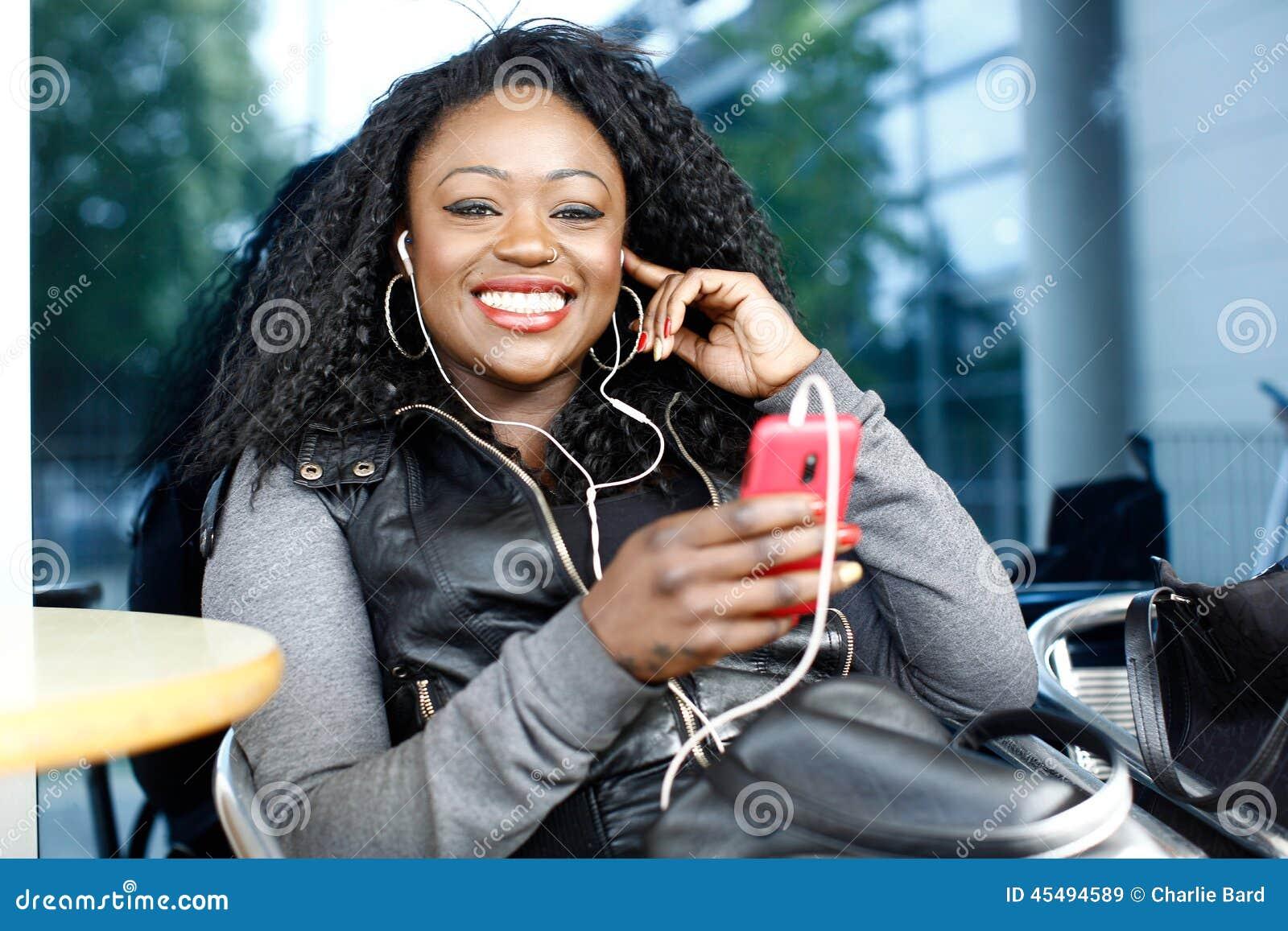 听到音乐的活泼的非洲妇女