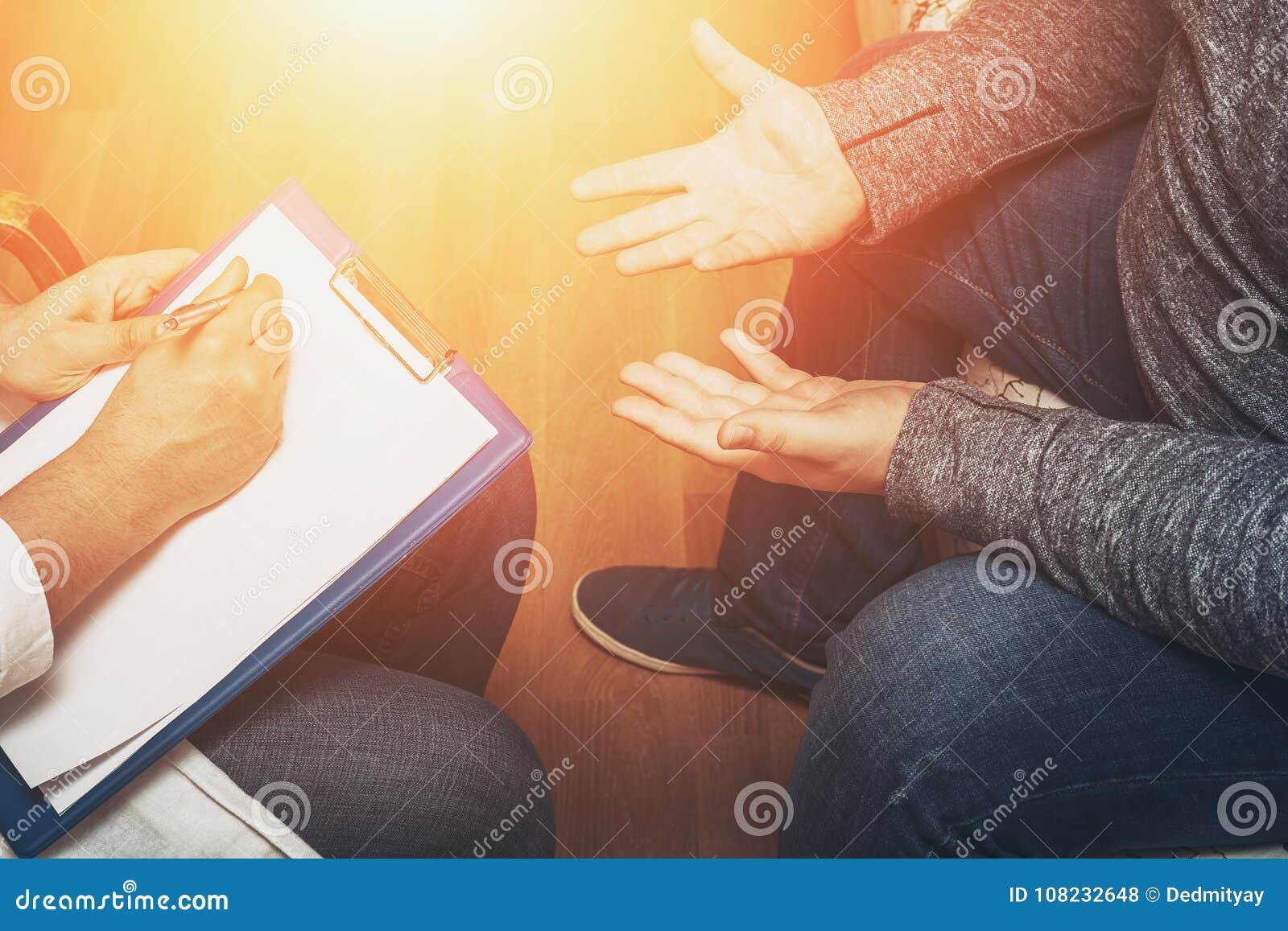 听她的患者和写笔记,精神健康和建议的心理学家