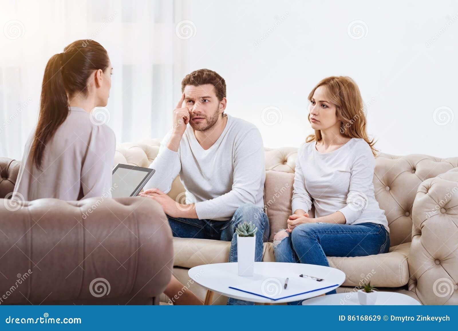 听心理学家的哀伤的不快乐的夫妇