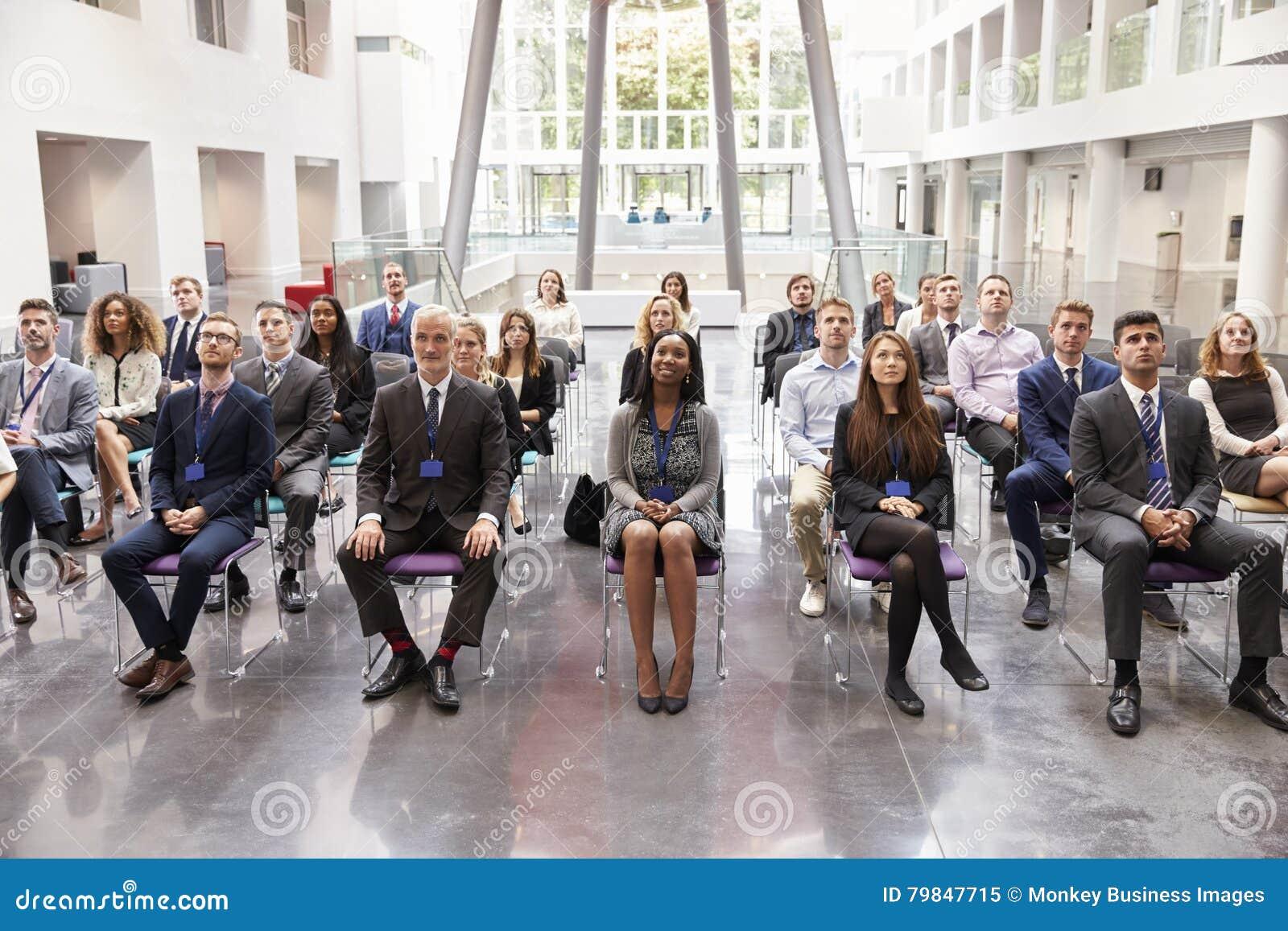 听报告人的观众在会议介绍