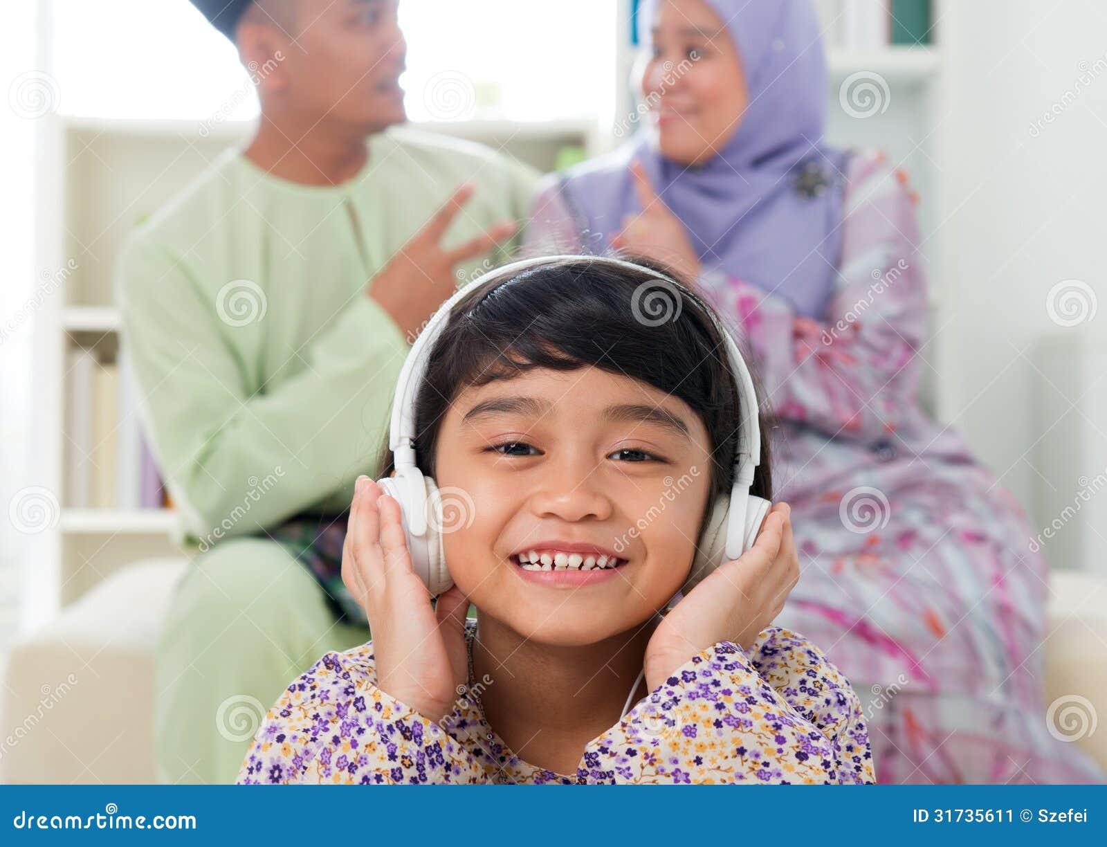 听歌曲的回教女孩库存图片-+图片:+31735611
