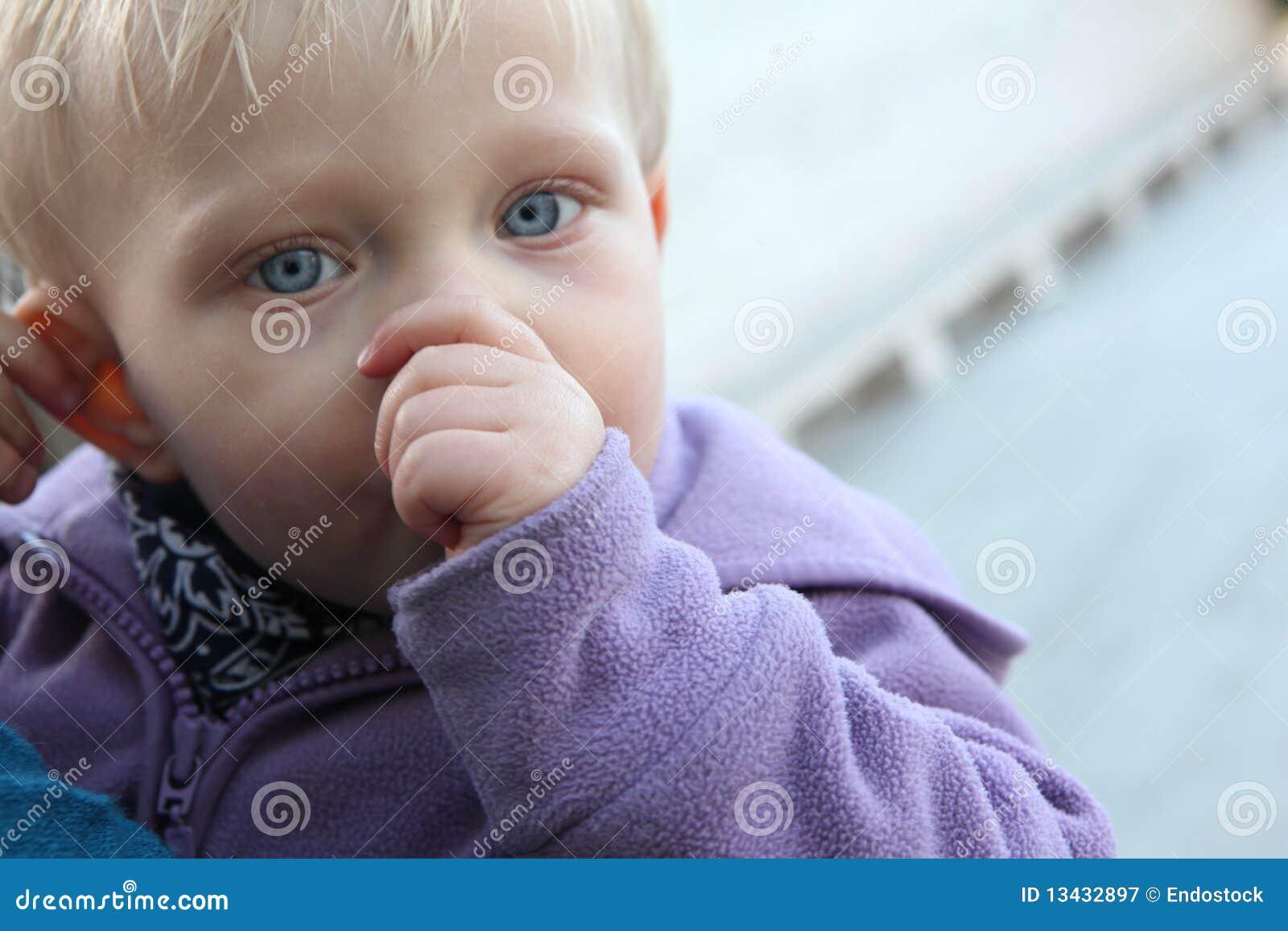 吮略图的婴孩