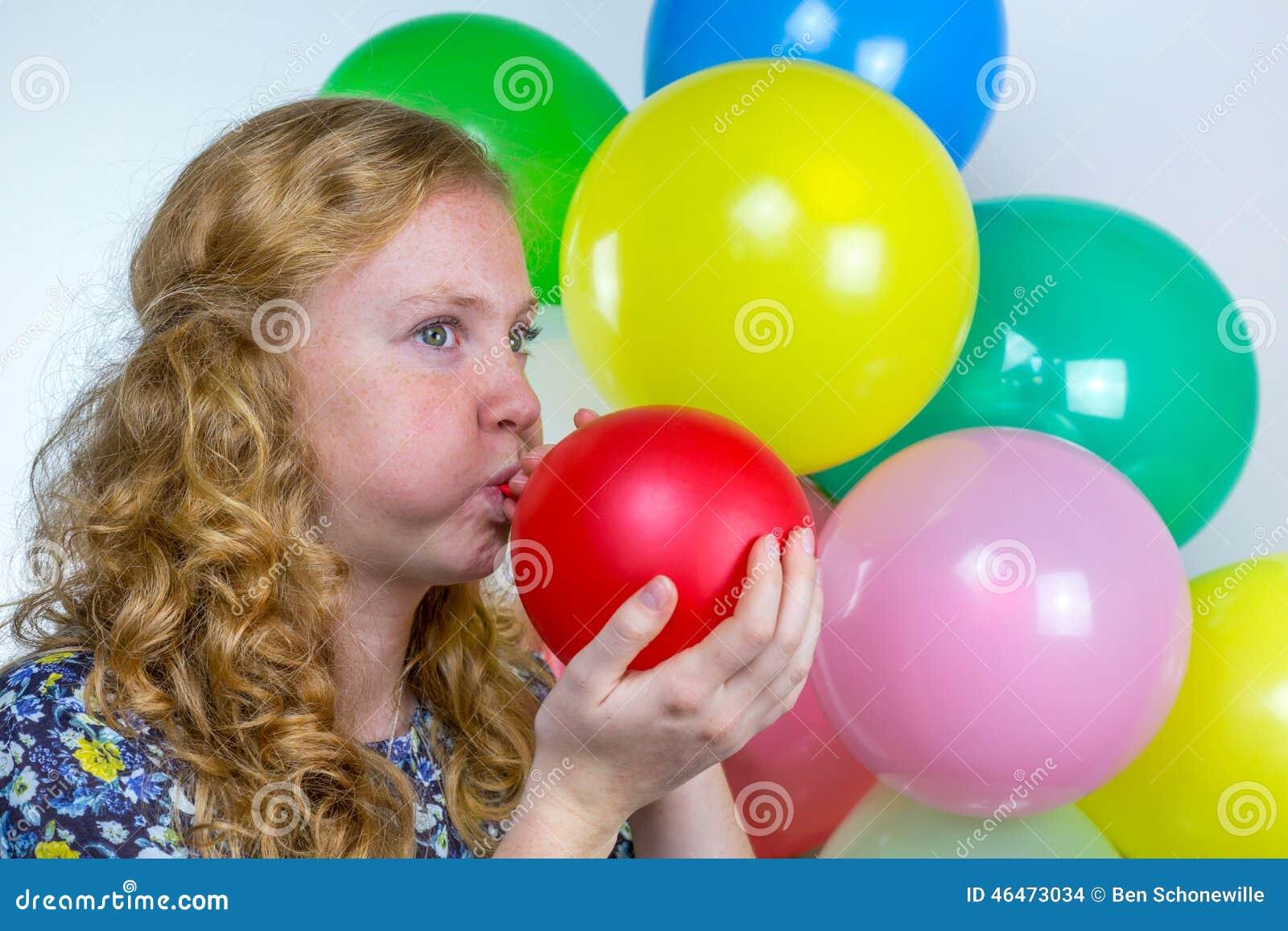 吹的女孩膨胀色的气球