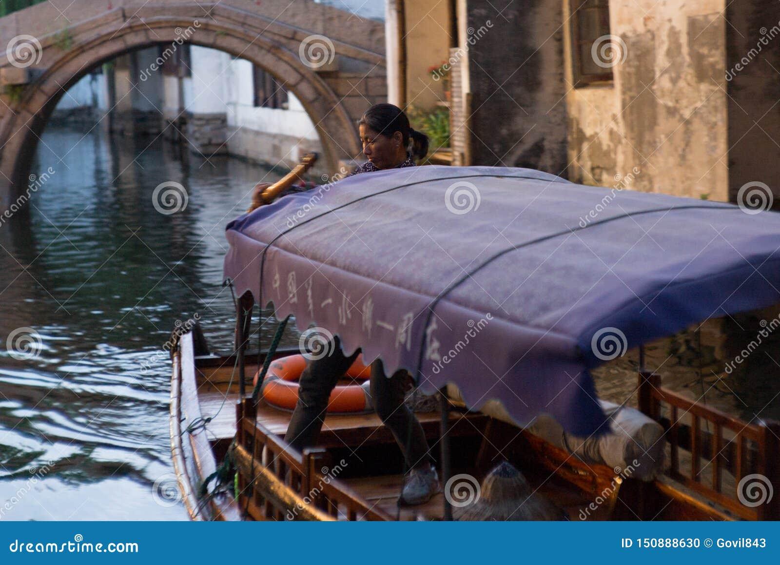 周庄,中国:穿过运河的小船