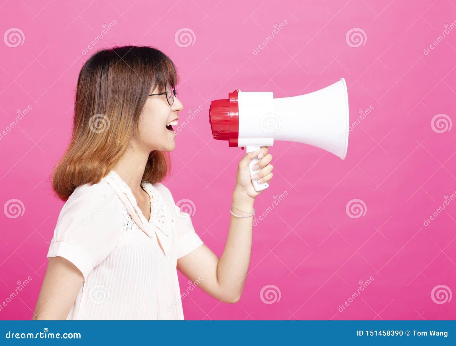 呼喊与扩音机的学生女孩