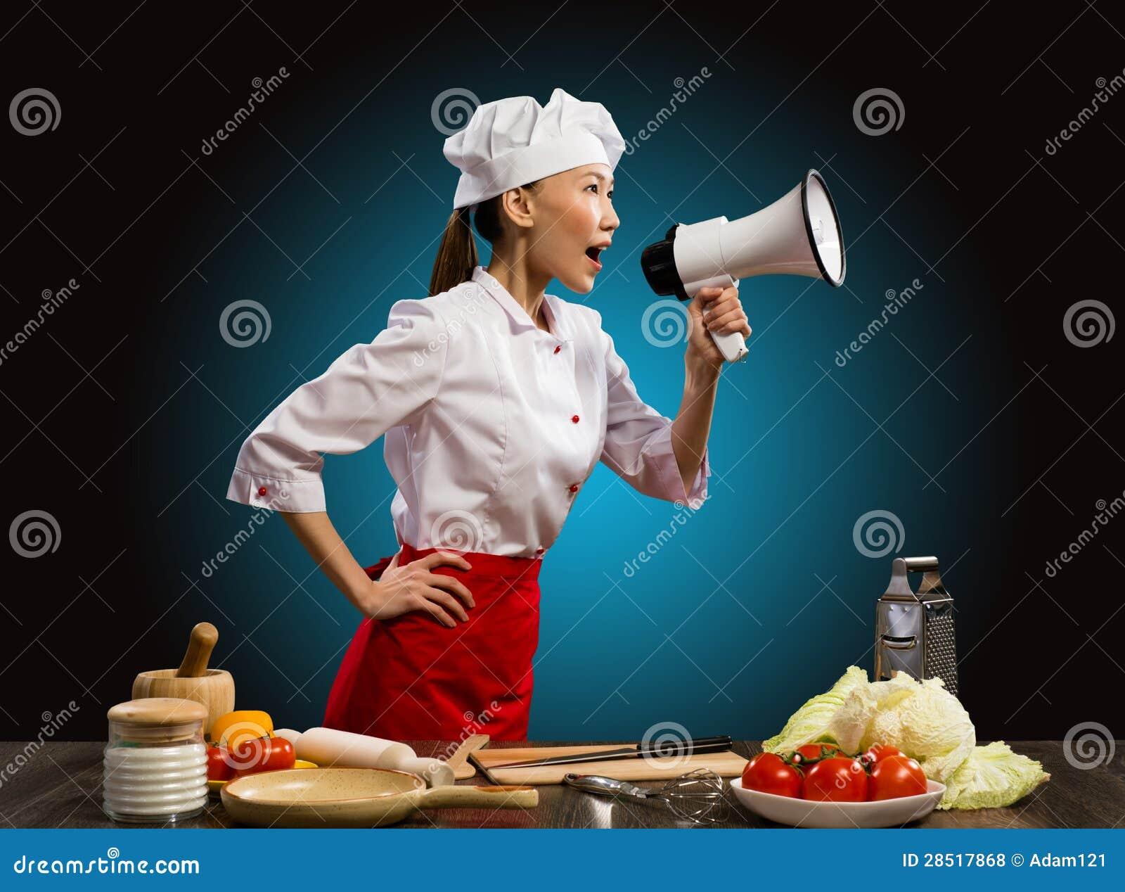 呼喊到扩音机的亚裔女性主厨