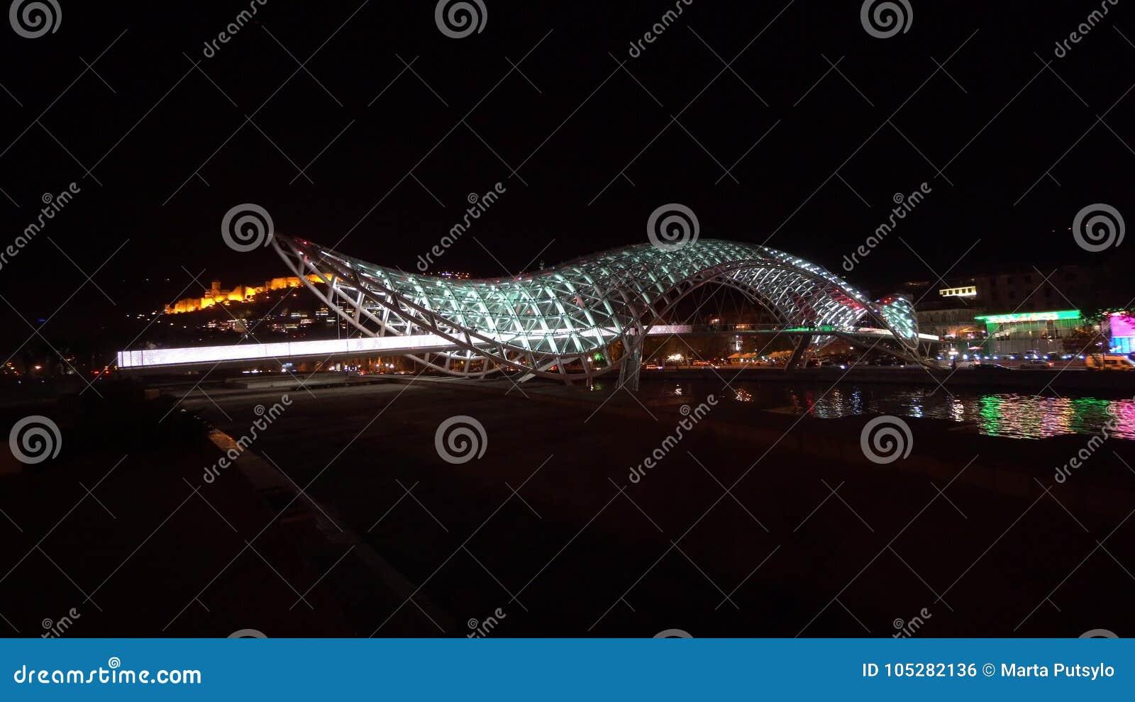 和平桥梁在第比利斯,乔治亚在晚上