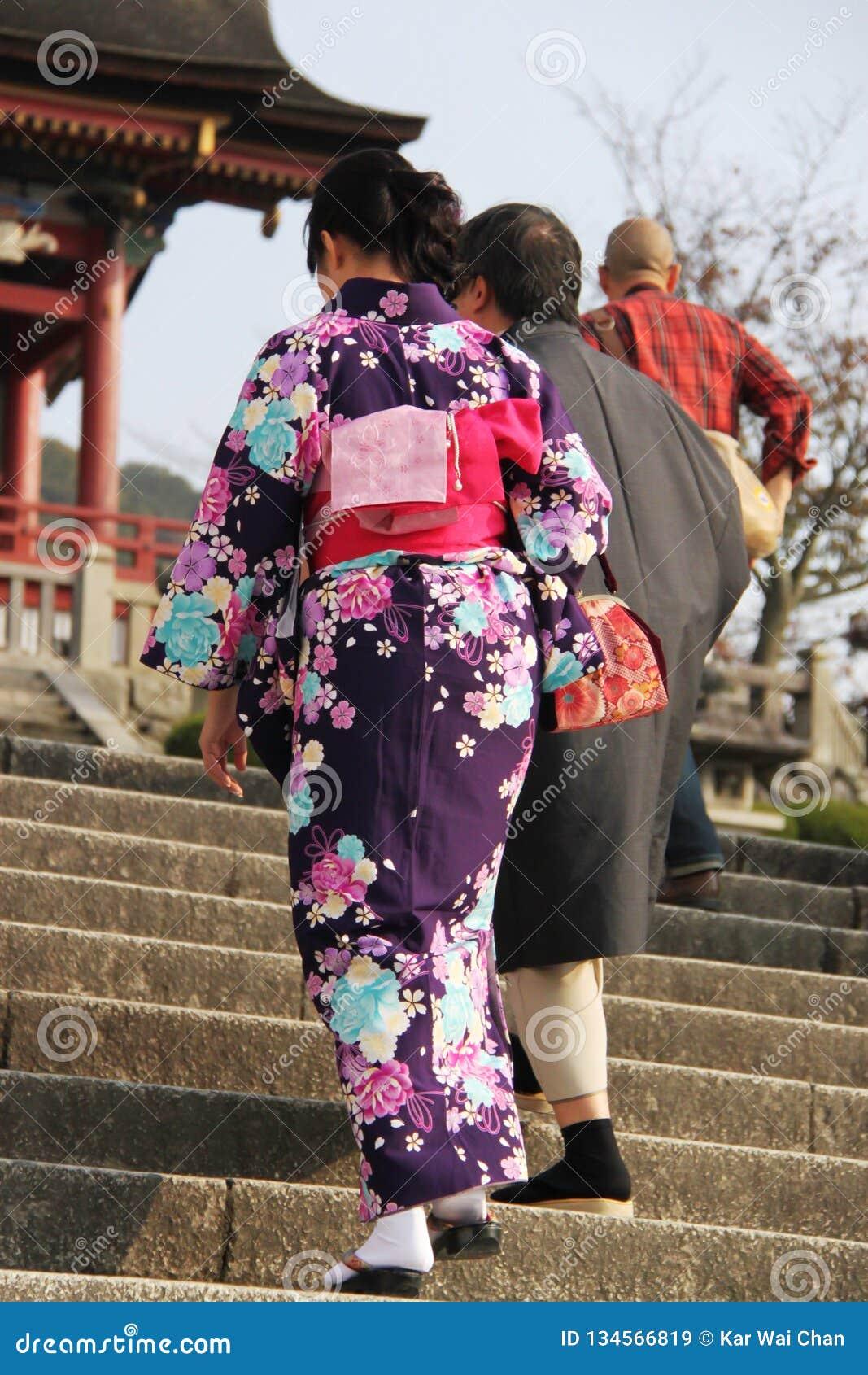和服上升的台阶的日本夫人对清水寺寺庙,京都