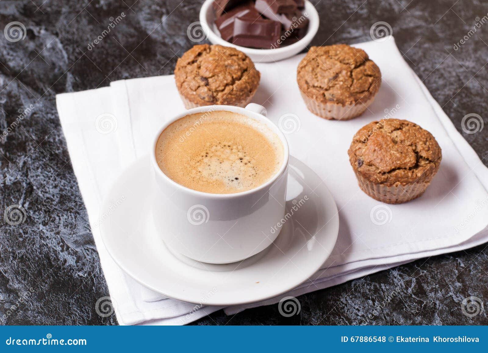 咖啡、巧克力和蛋糕