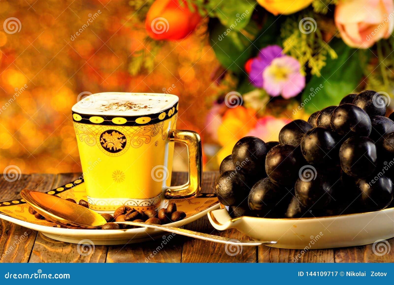 咖啡刷新的饮料和葡萄是在夏天庭院花和假日光背景的一个可口纤巧