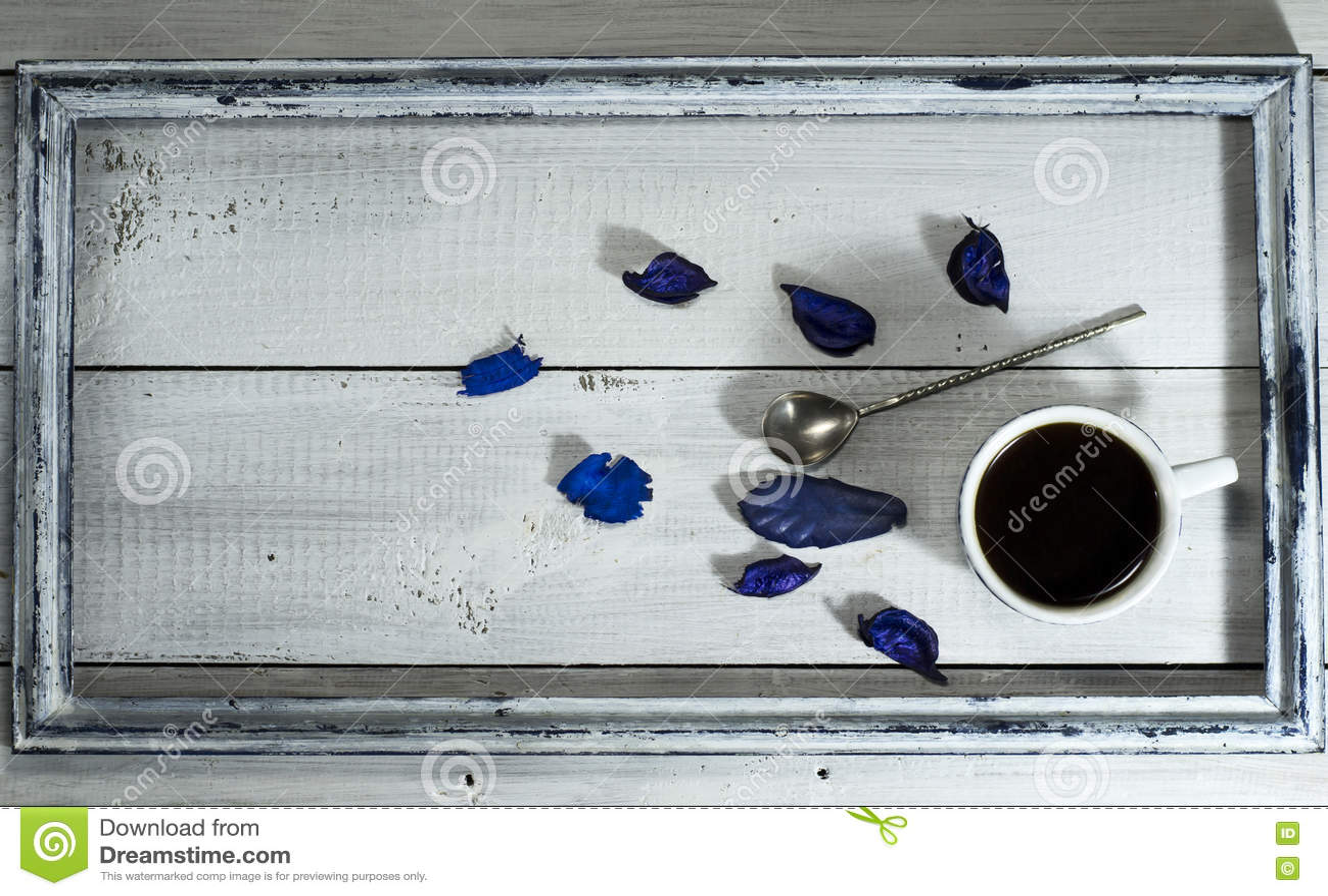 咖啡和匙子在老框架