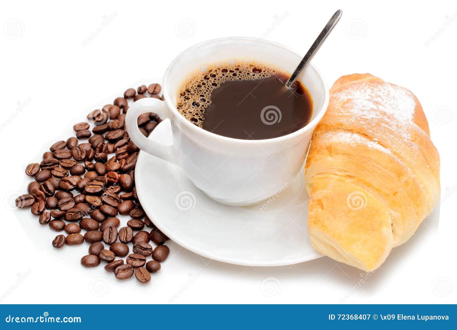 咖啡和新月形面包在白色