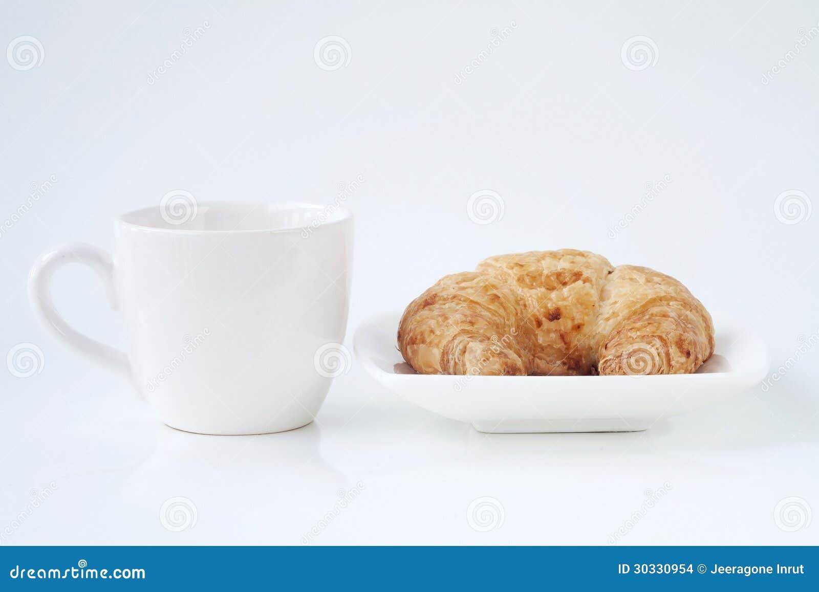 咖啡和新月形面包