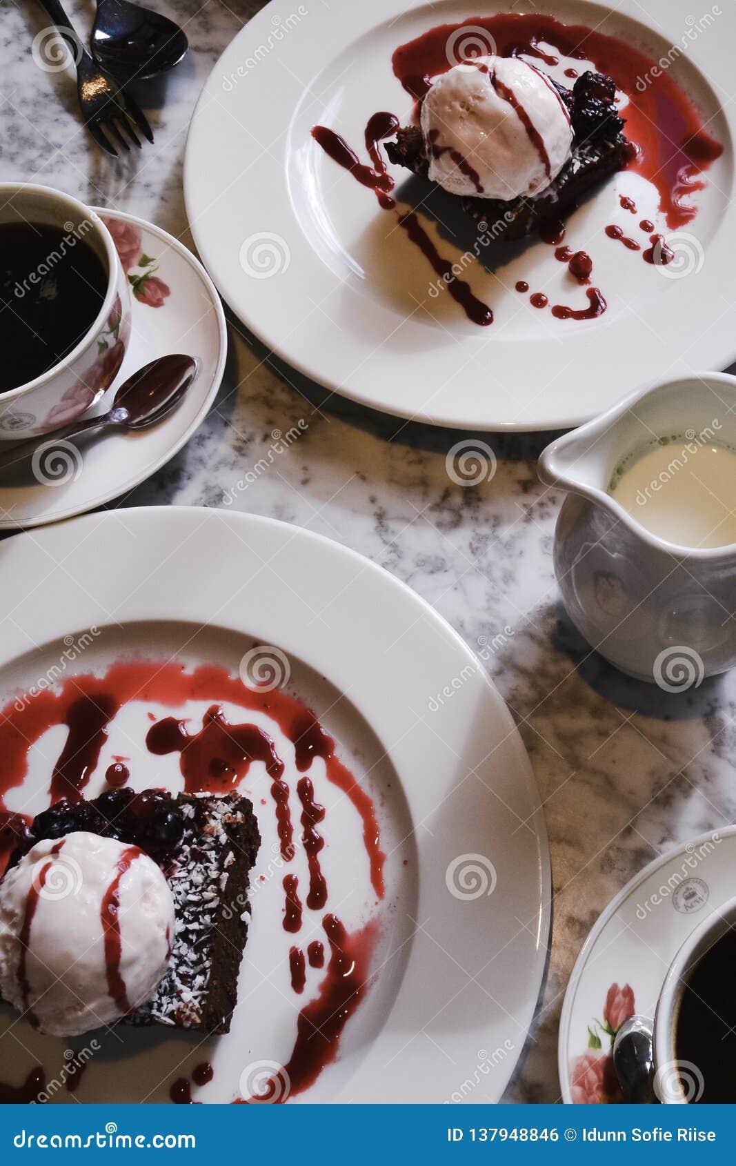 咖啡和点心在大理石桌上