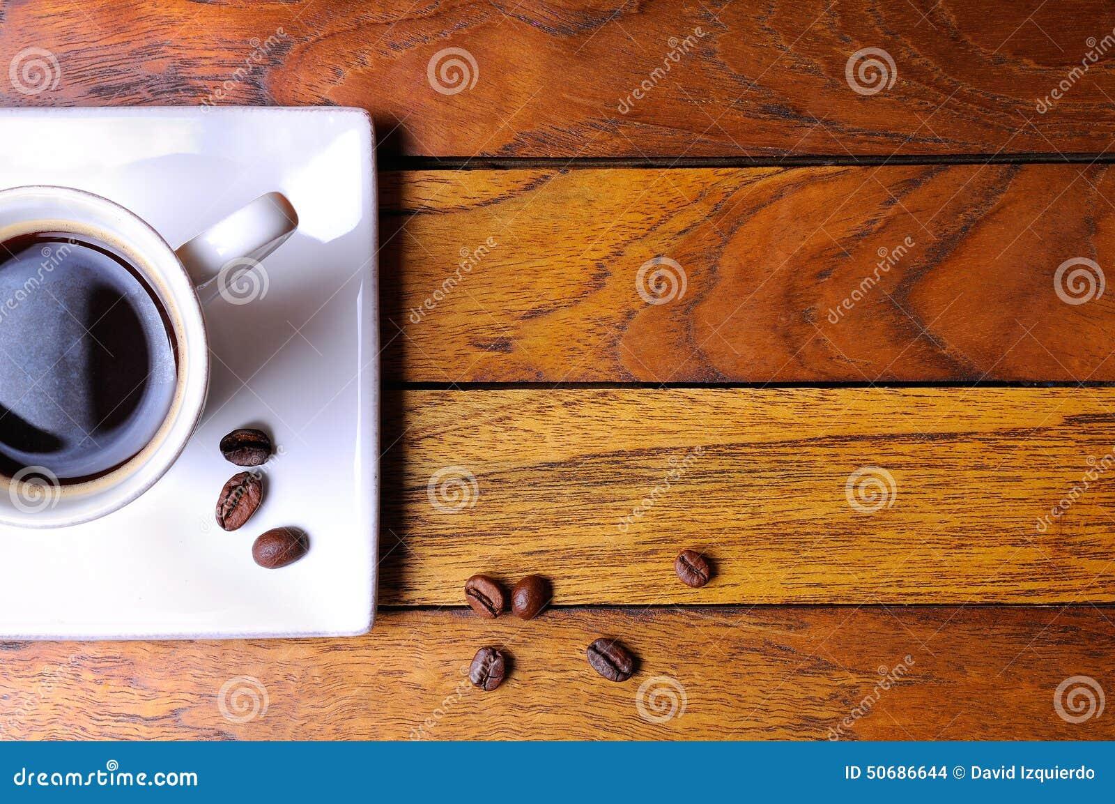 Download 咖啡和豆在一张棕色木桌上 库存照片. 图片 包括有 脱咖啡因咖啡, bubblegum, 杯子, 泡沫, 早晨 - 50686644