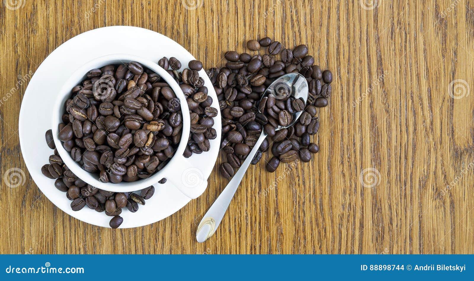 咖啡在一个白色杯子和咖啡豆的在木桌ba