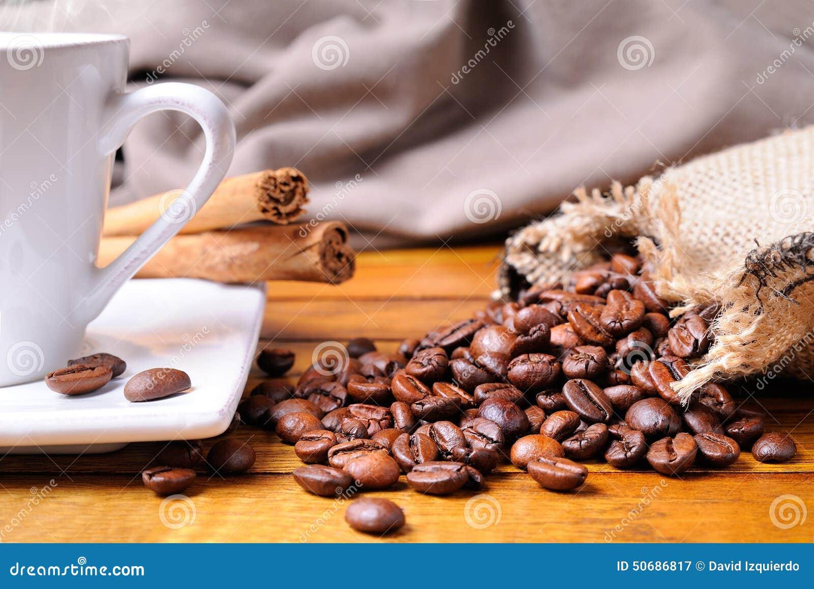 Download 咖啡在一张棕色木桌正面图的 库存图片. 图片 包括有 茶碟, 蒸汽, 泡沫, 制动手, browne, 鲜美 - 50686817