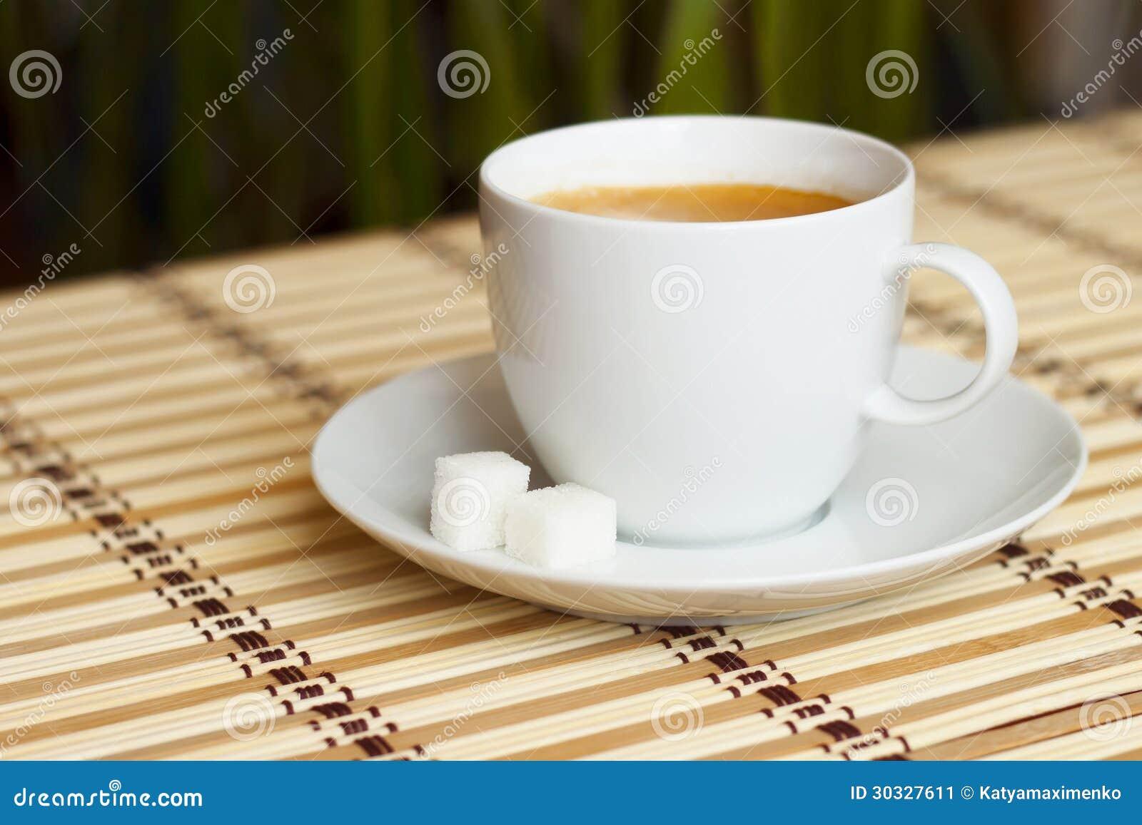 咖啡在竹桌布的