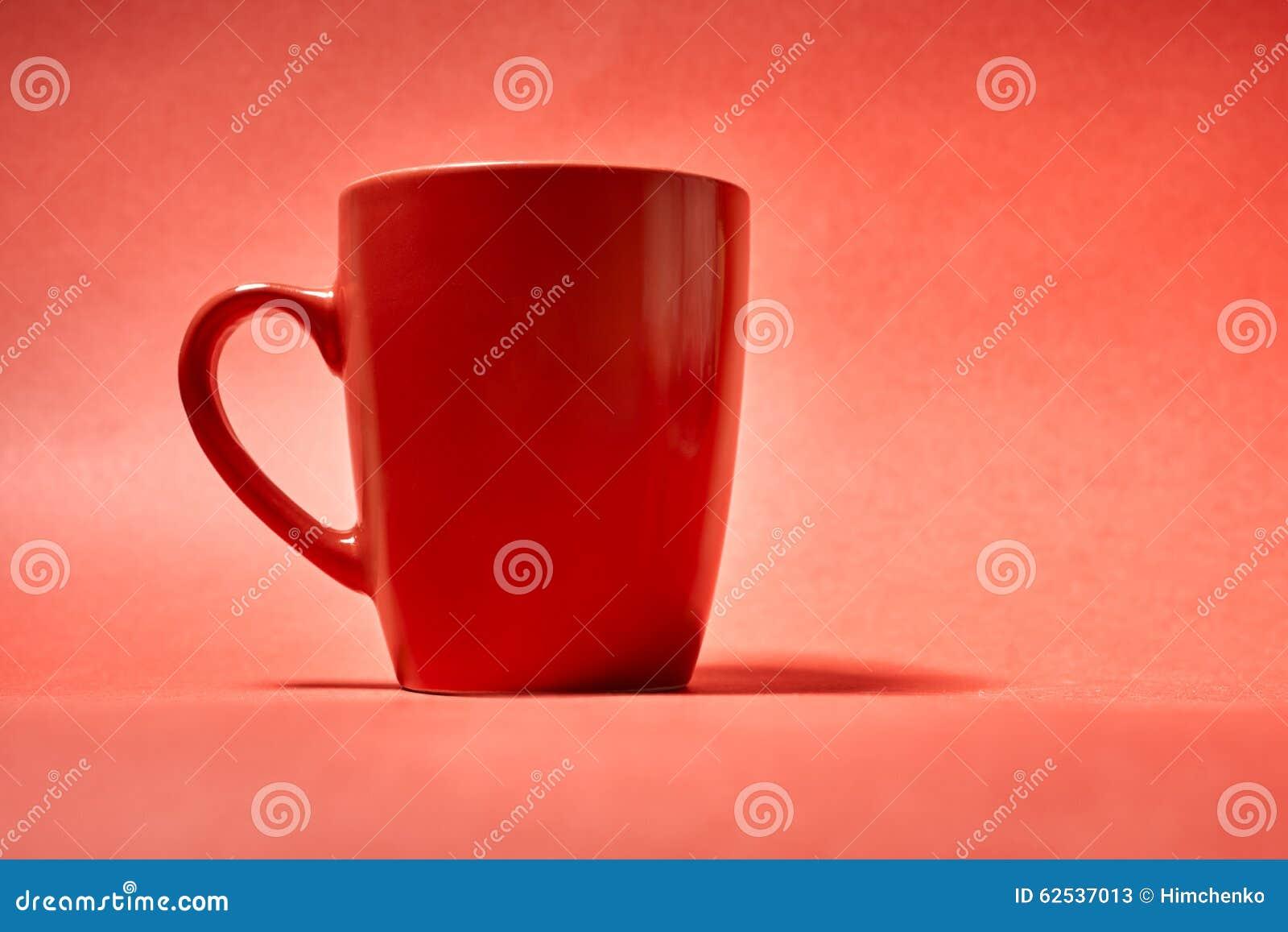咖啡在红色背景的