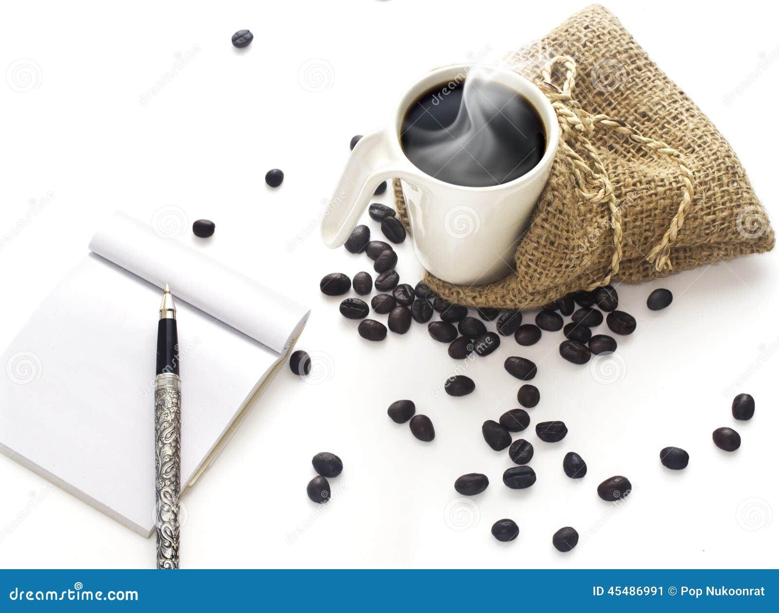 咖啡杯和在空白背景的咖啡豆