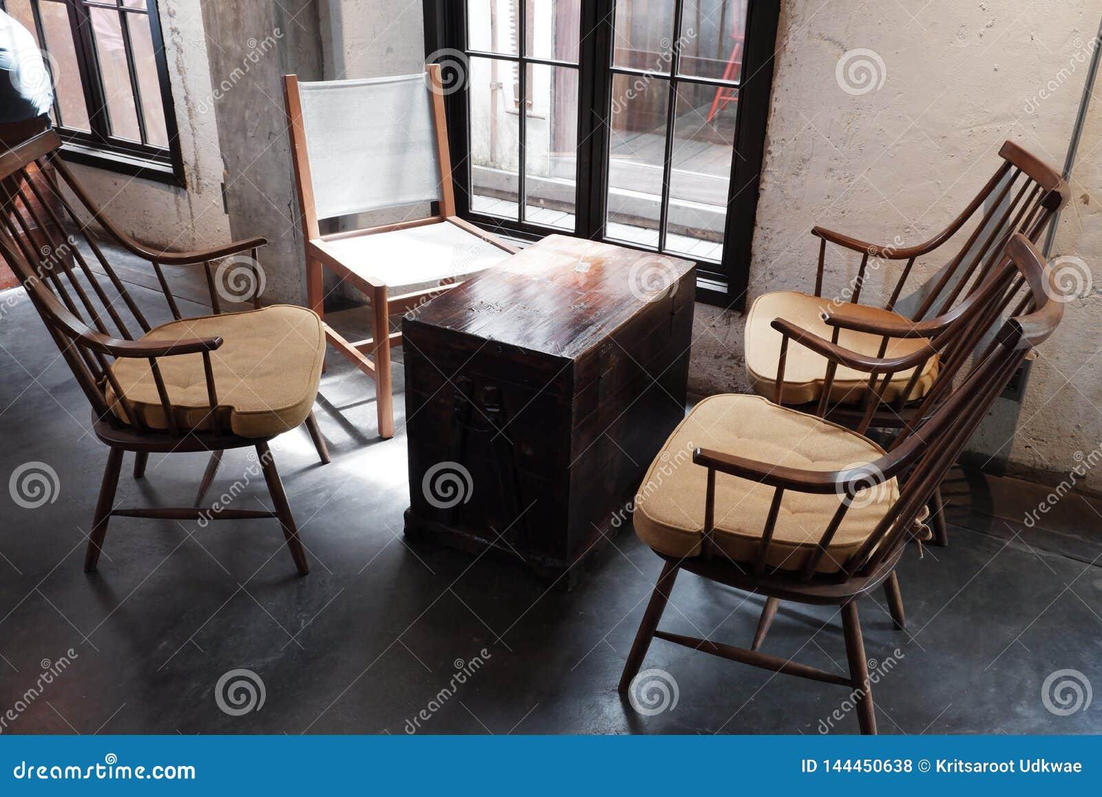 咖啡桌和椅子在窗口附近与顶楼样式