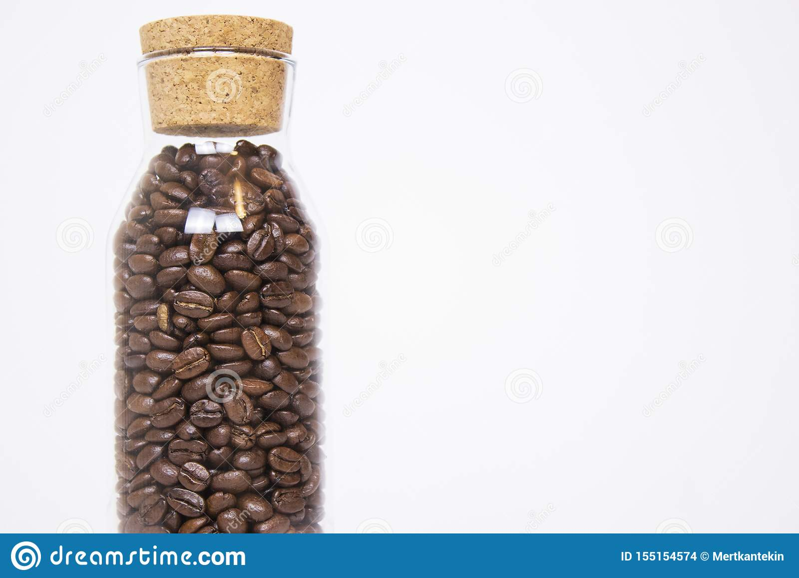 咖啡豆大模型在被隔绝的白色背景的