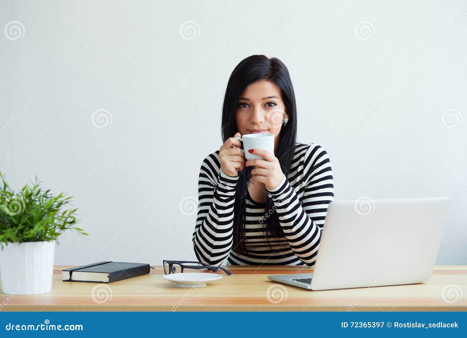 咖啡饮用的妇女年轻人