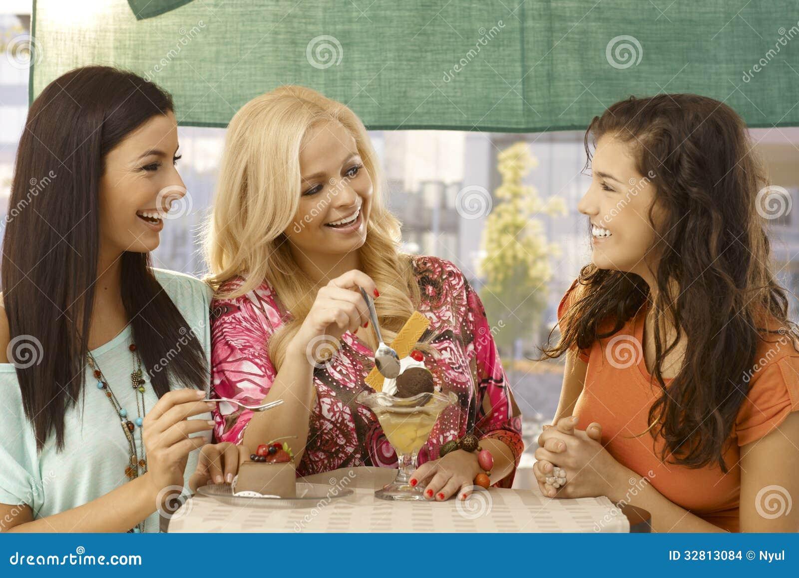咖啡馆微笑的女性朋友