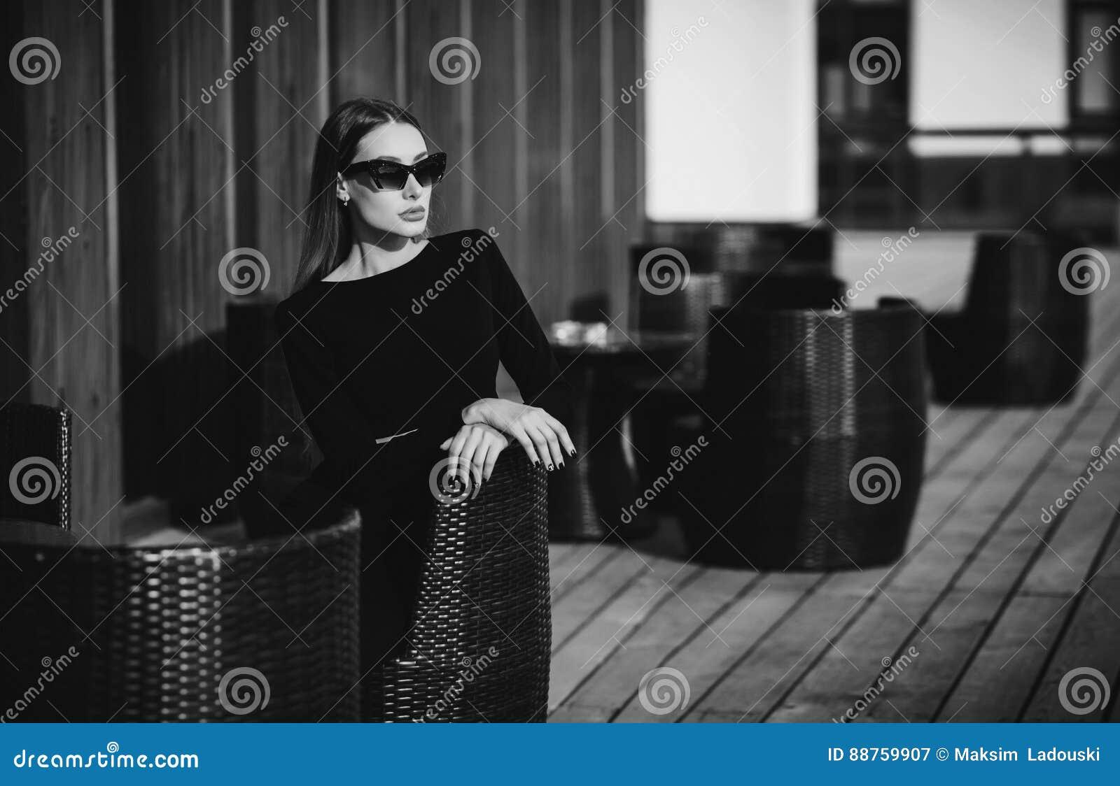 咖啡馆的典雅的女实业家