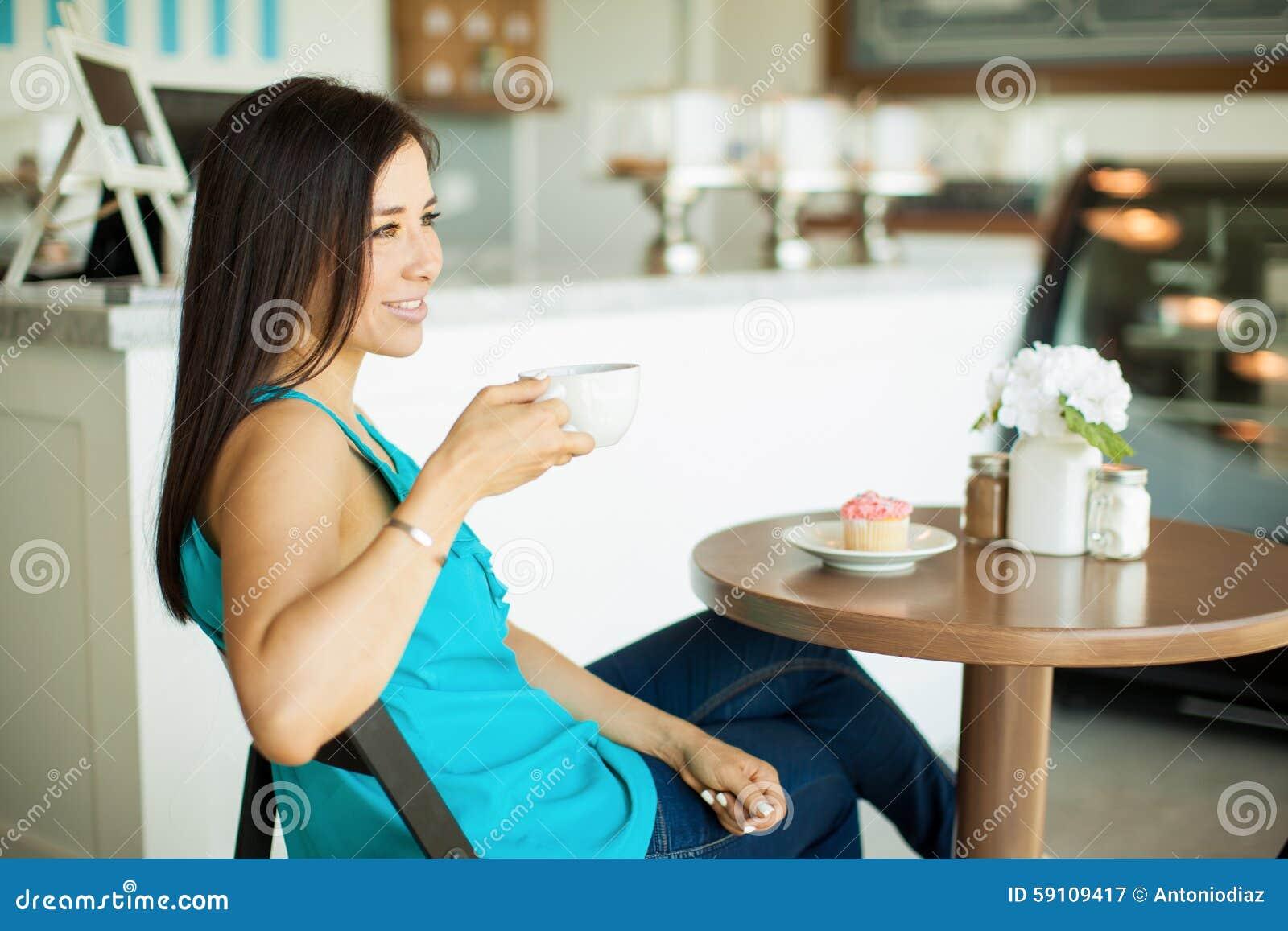 咖啡馆的愉快的女孩