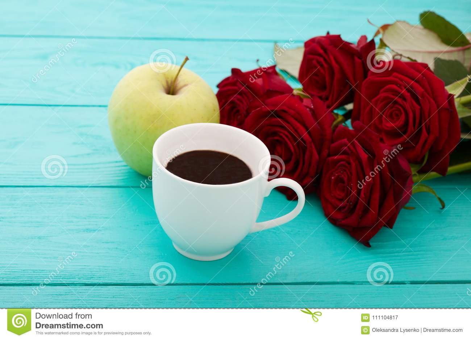 咖啡,在蓝色木桌上的苹果 顶视图 嘲笑 热的饮料 选择聚焦 红色唤醒花束 华伦泰母亲节