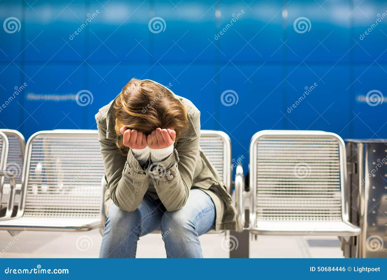 Download 哀伤和单独在一个大城市-沮丧的少妇 库存照片. 图片 包括有 健康, 痛苦, 重婚, 人员, 不适, 偏头痛 - 50684446