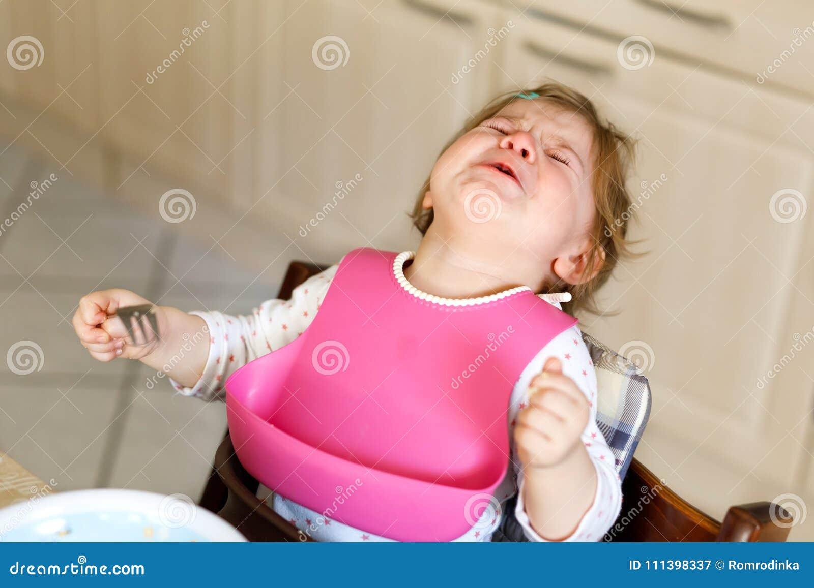 哀伤的哭泣的女婴 小孩不吃 歇斯底里儿童学会单独吃