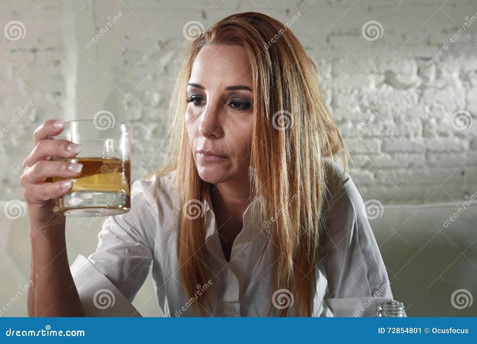 哀伤的沮丧的酒客在家喝在主妇酗酒和酒精中毒的被喝的妇女