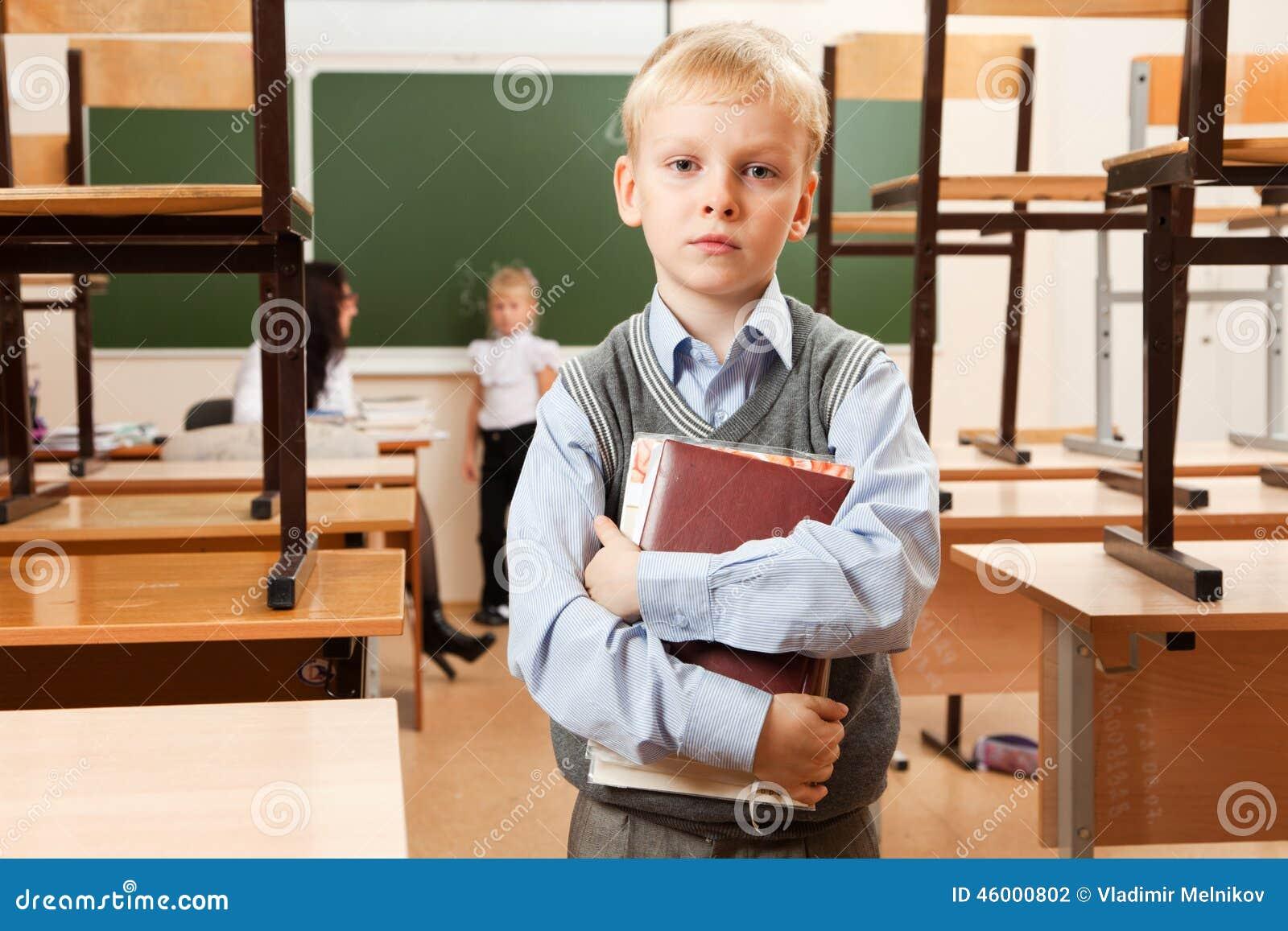 哀伤的男小学生在教室