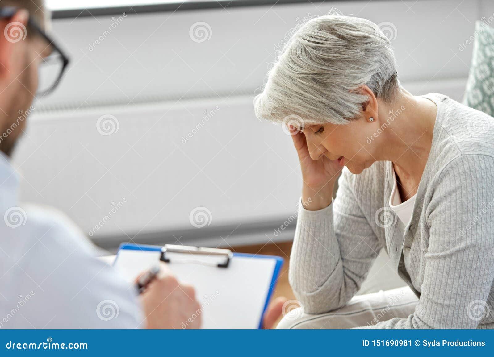 哀伤的资深妇女患者和心理学家
