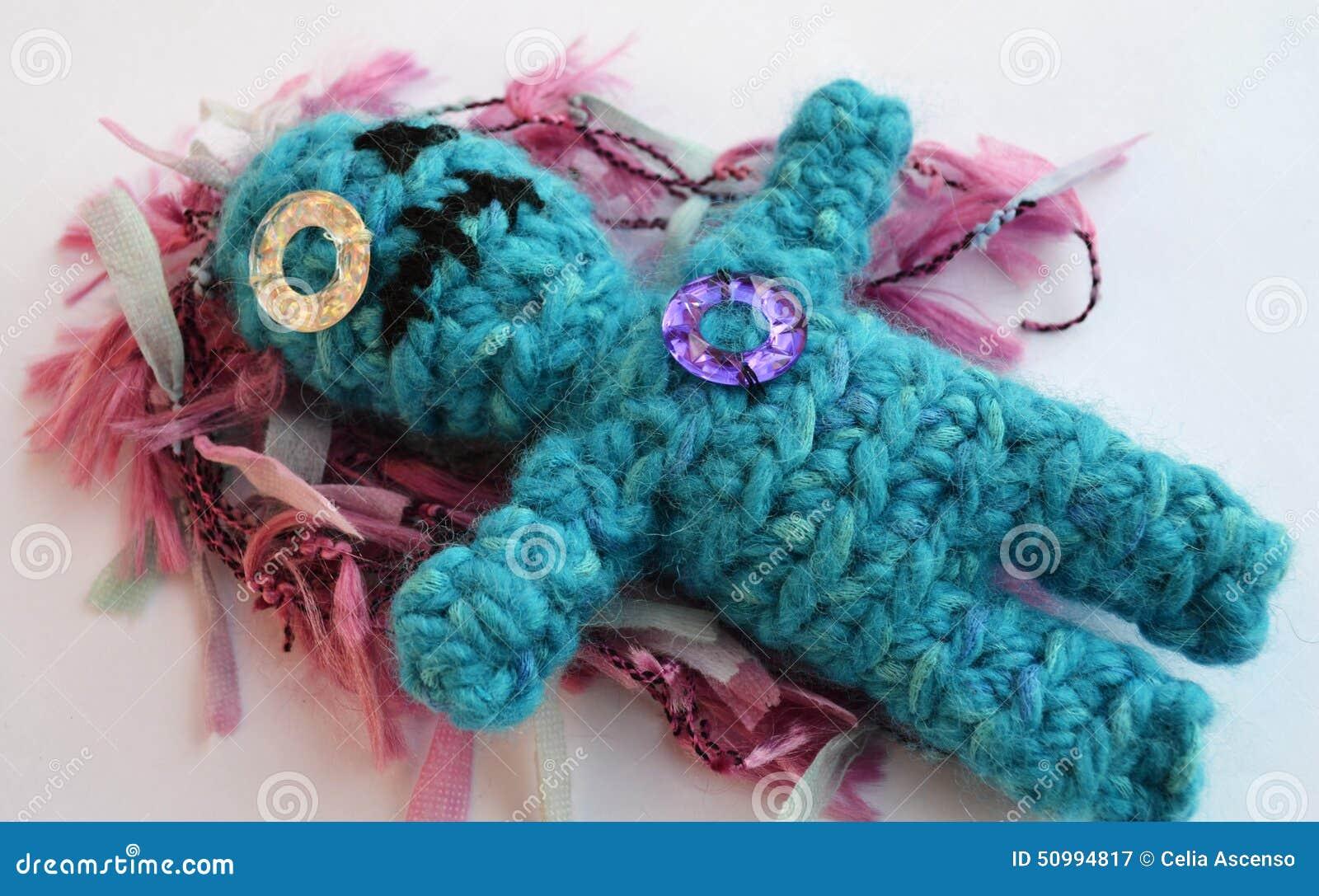 哀伤的钩针编织玩偶以伤痕