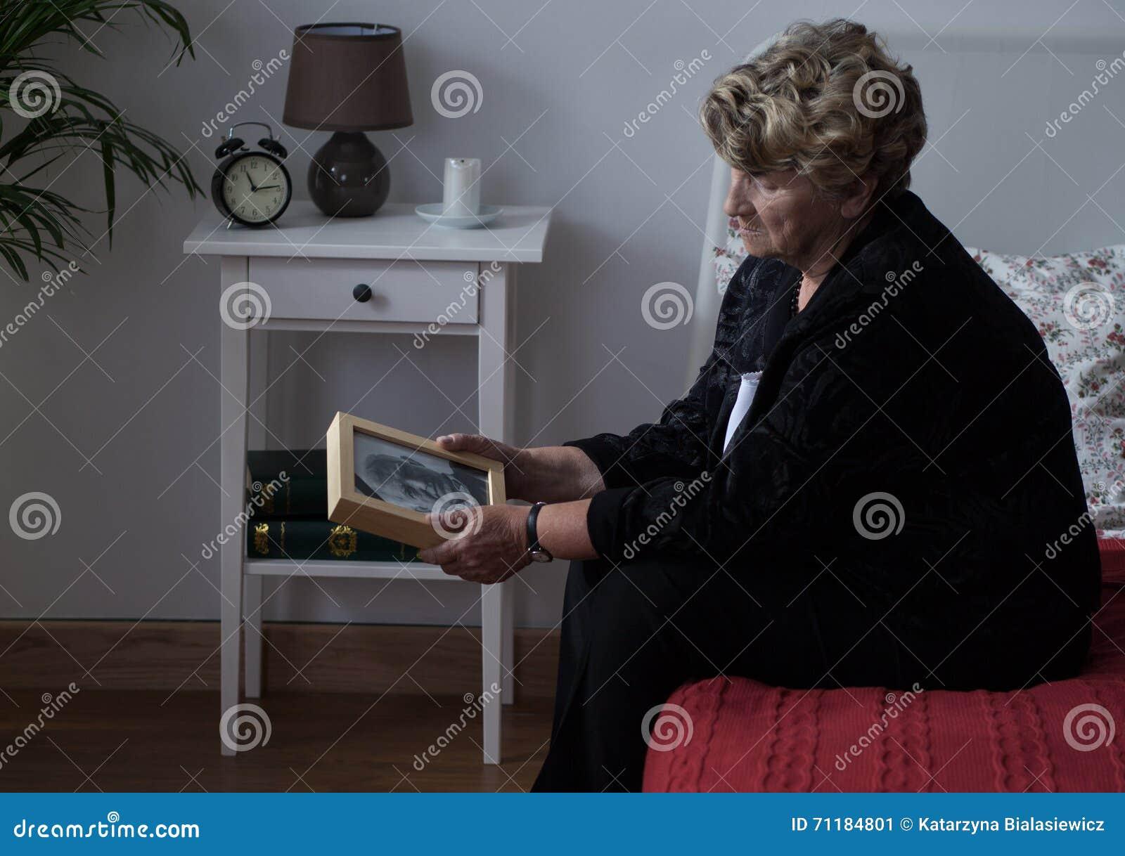 哀情的年长寡居的夫人